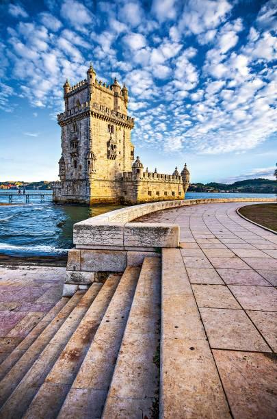 A Torre de Belém, junto ao Rio Tejo, protegia a entrada dos navios que chegavam a Lisboa. Inaugurada em 1521, a fachada é repleta de imagens de santos, brasões, cruzes e o escudo real