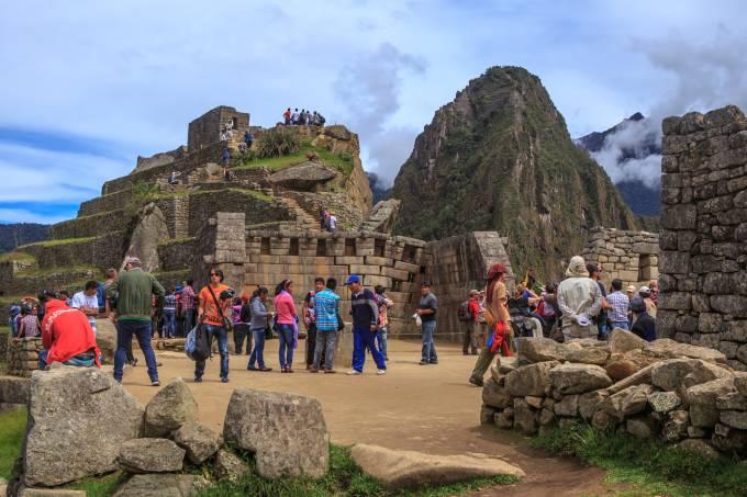 Sítio arqueológico de Machu Picchu no Peru cheio de turistas