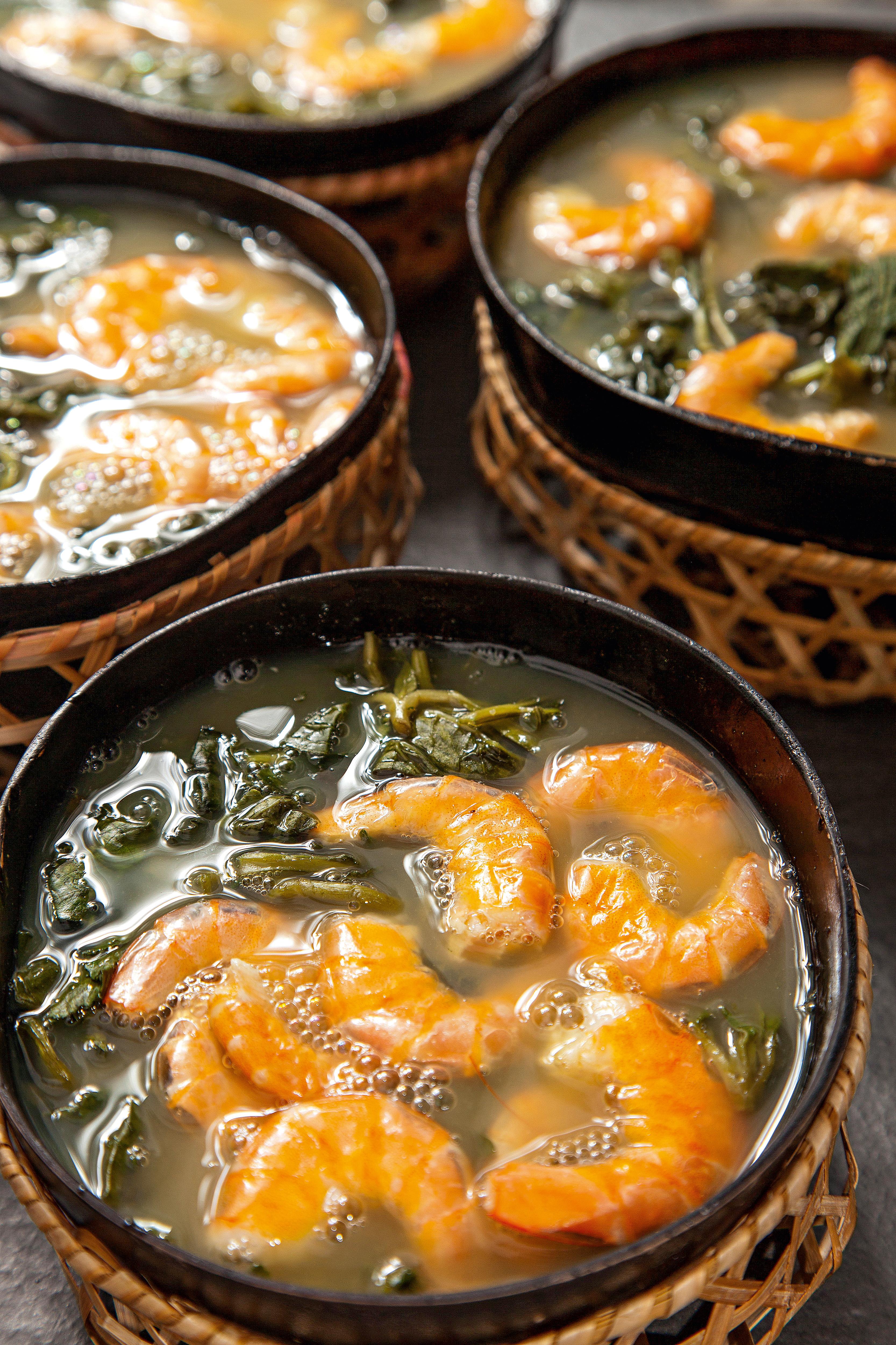 Camarão cozido em meio a verduras verde-escuras