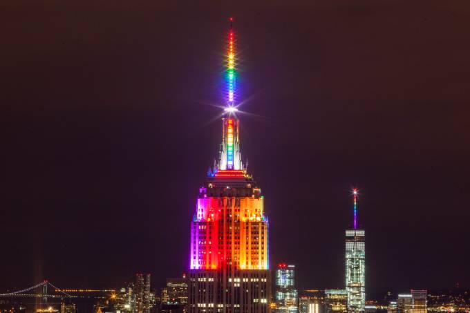 Torre em Nova York iluminada com as cores do orgulho LGBT à noite
