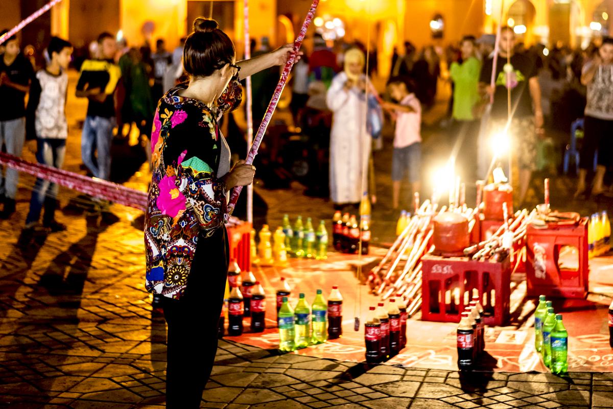Acerte a garrafa: clima de quermesse durante o ramadã na Praça Jemaa-el-Fna