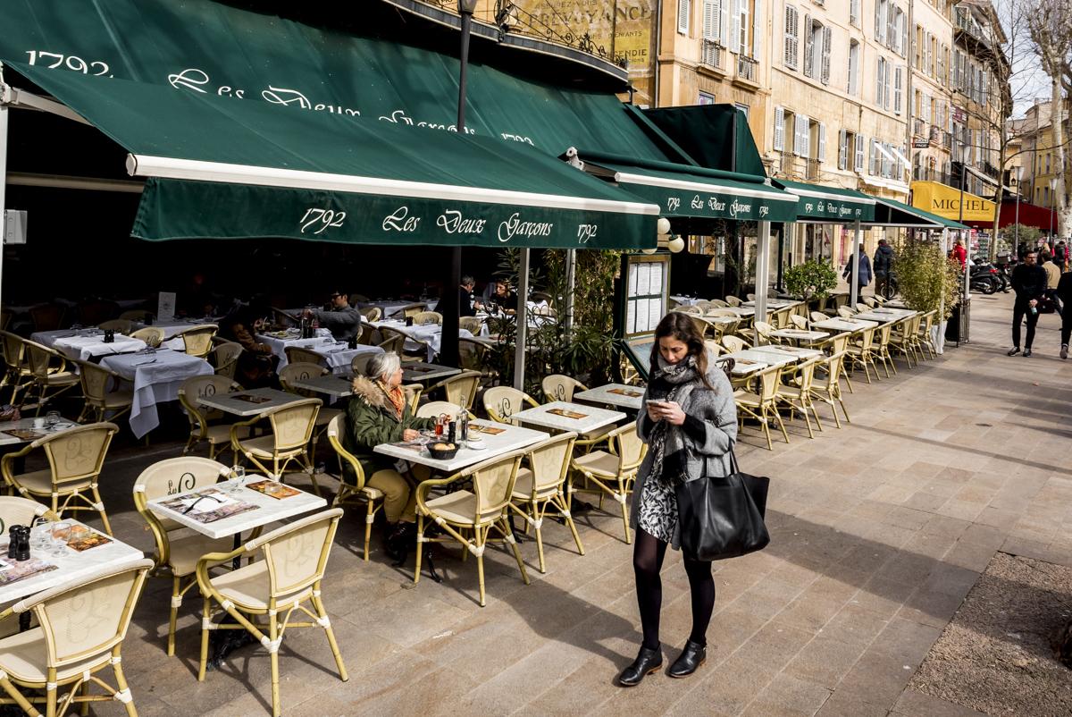 A fachada do Les Deux Garçons: o restaurante preferido do mestre