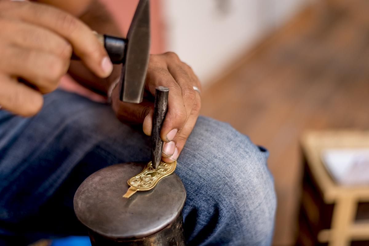 Artesão em ação no souk: perdição das compras