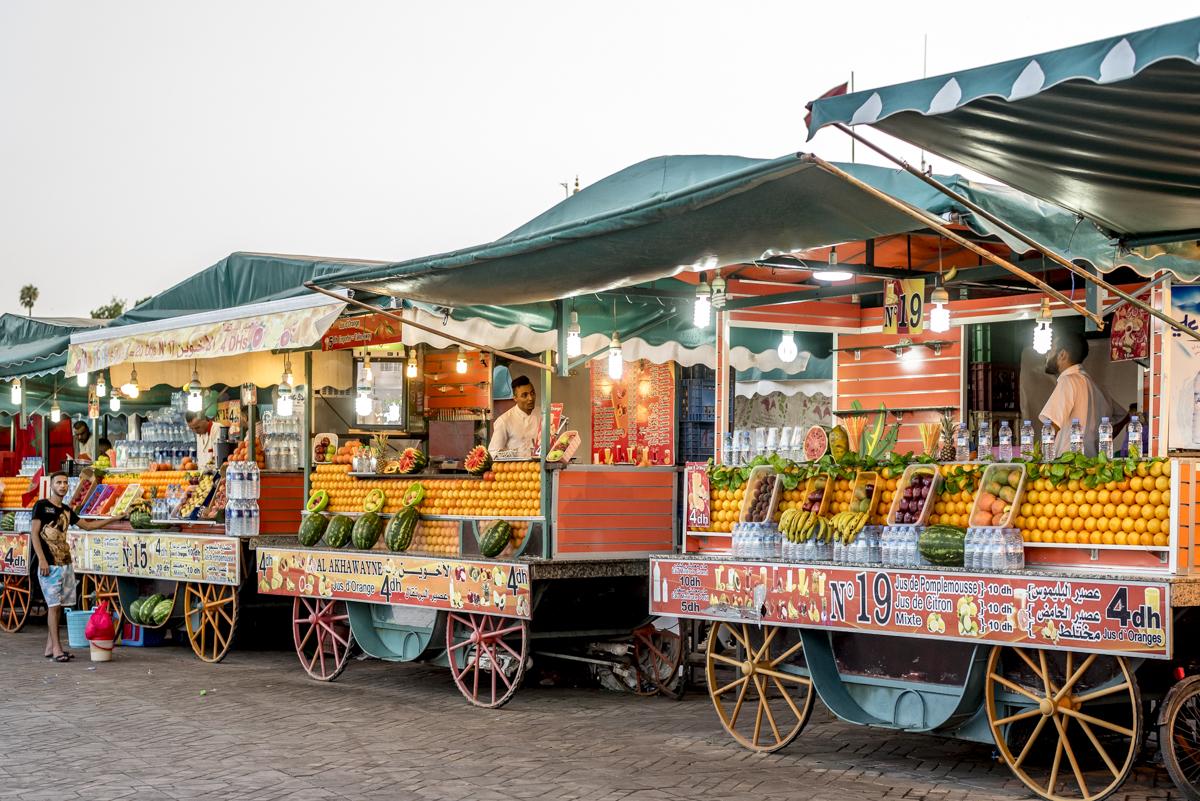 Vendedores de suco de laranja na Praça Jemaa-el-Fna: parece cenário