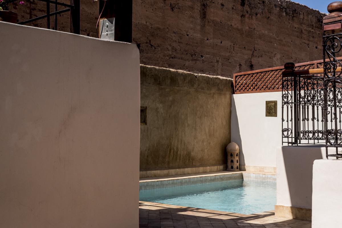 Piscininha colada nas muralhas da cidade: uma miragem