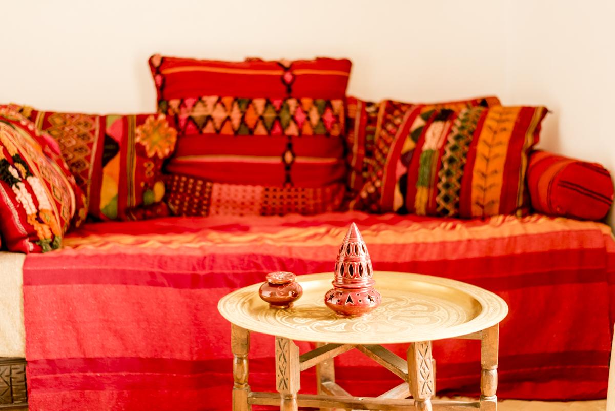 Tapeçaria, velas, cores quentes: como a casa de um amigo (marroquino, claro)