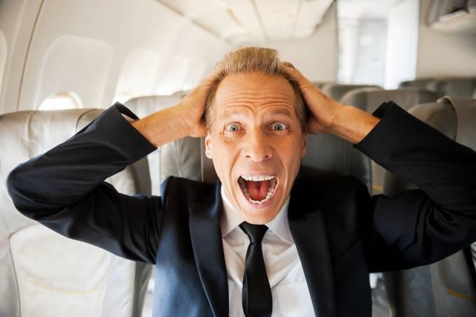 Homem apavorado grita dentro de avião