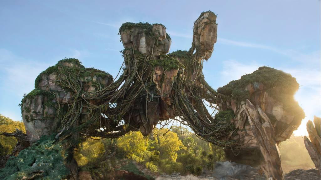 Além da impressionante montanha suspensa, Pandora conta com cachoeiras e muitas flores e plantas que brilham no escuro