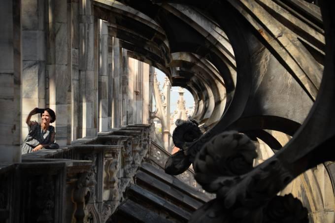Mulher tirando selfie em Milão