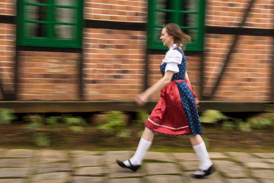 Moca em traje tradicional, em Blumenau