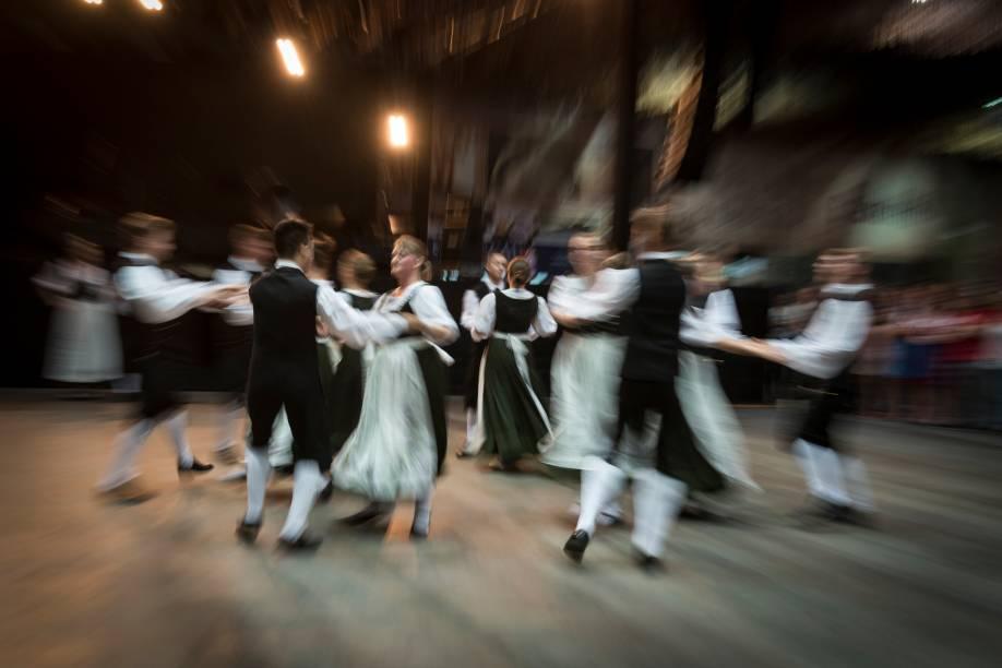 Pessoas dançando durante o festival de Oktoberfest em Blumenau, Santa Catarina