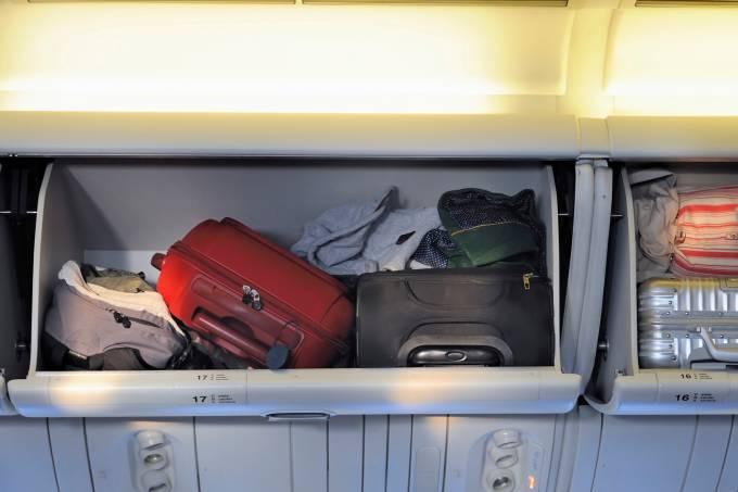 Compartimento de bagagem de mao de cabine de avião vôo comercial