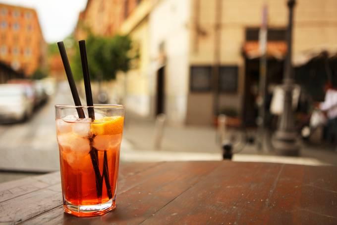 Copo de spritz em mesa ao ar livre em Roma, Itália
