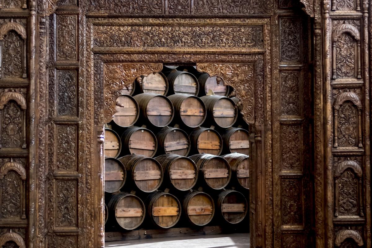 Porta de ares orientais leva à sala de envelhecimento dos vinhos: museu com ares adega - ou seria o contrário?