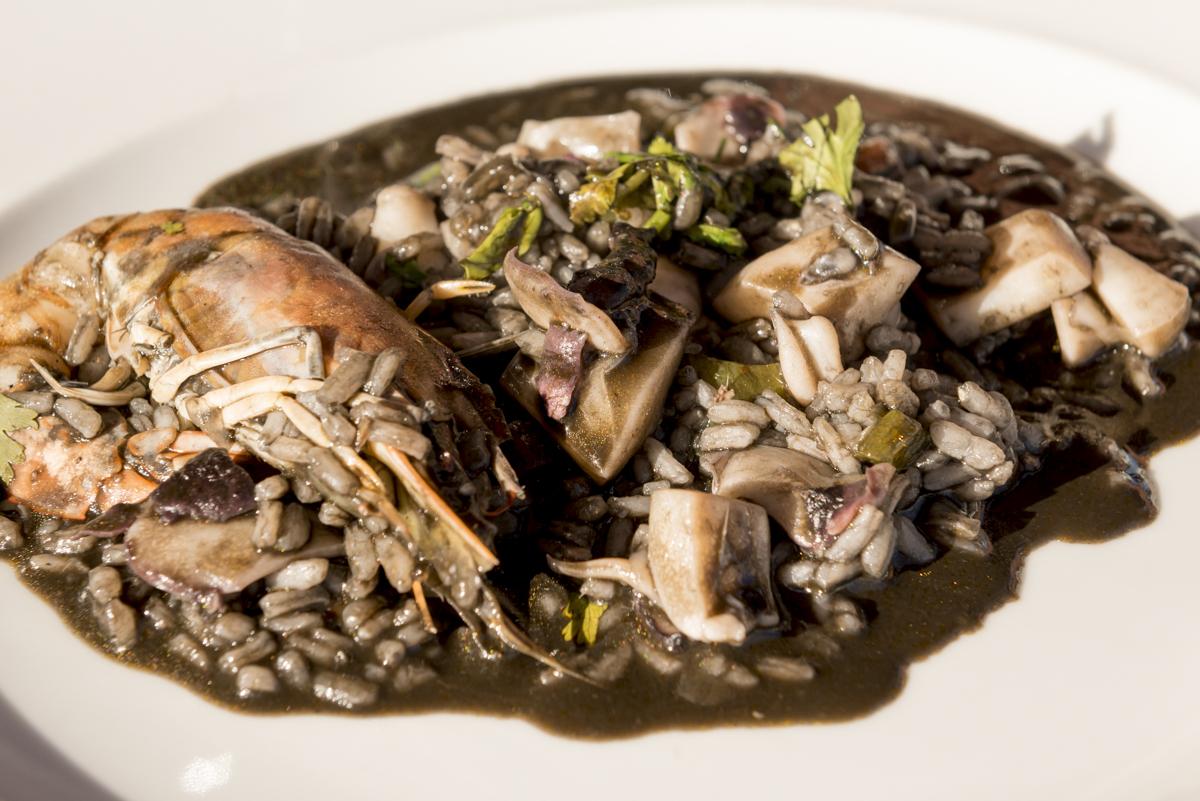 O arroz negro com lulas, camarões e amêijoas: inesquecível