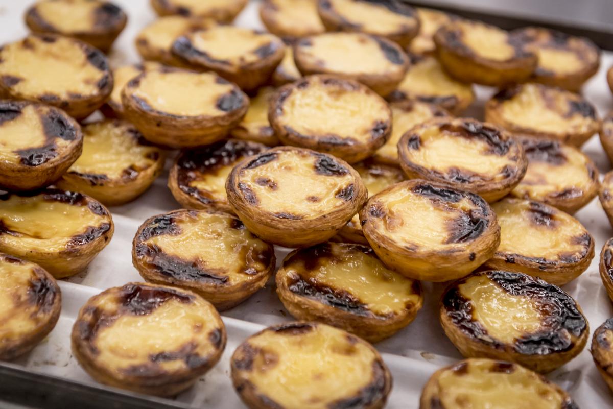 Pastéis recém-saídos do forno na Manteigaria: irresistíveis
