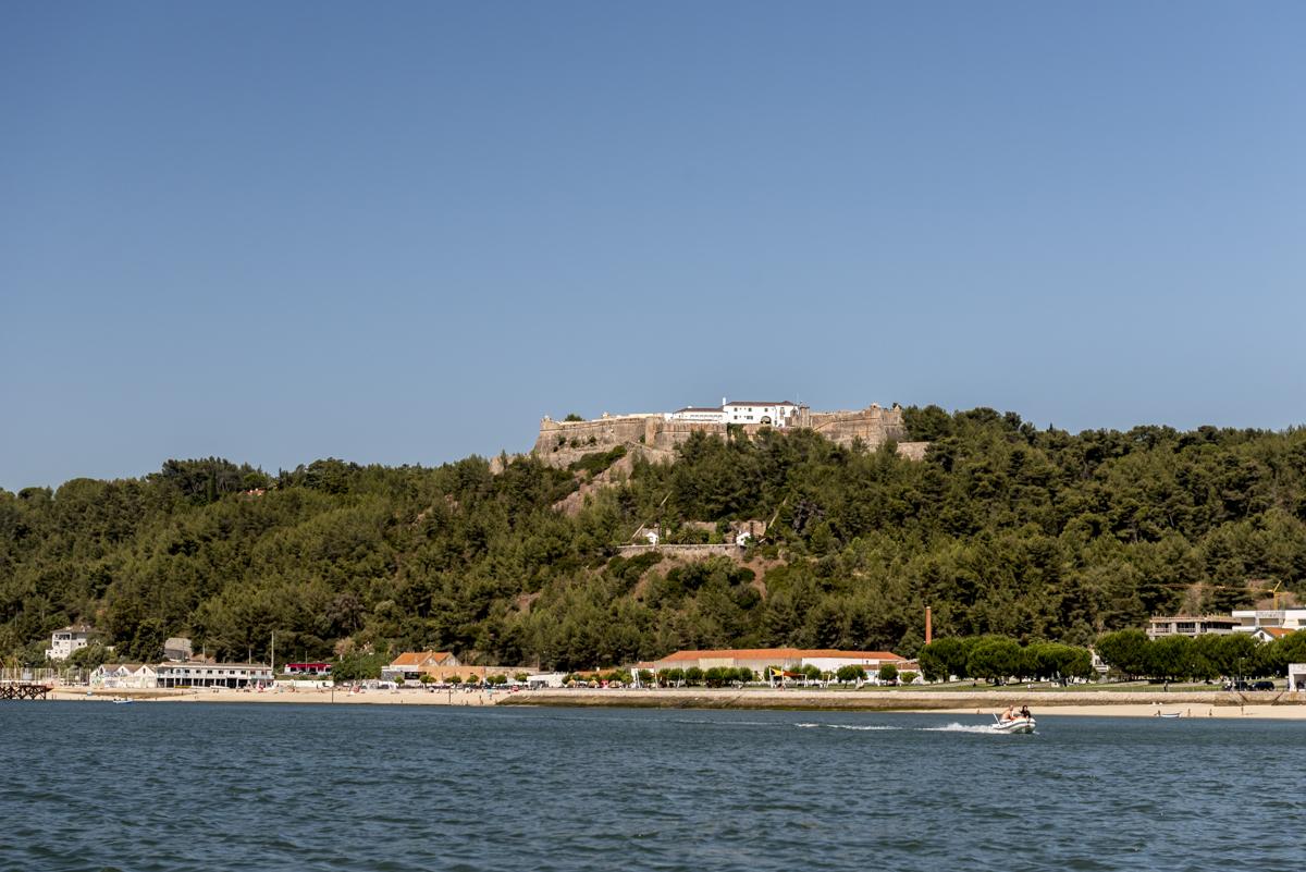 Logo na saída de Setúbal, o Forte de São Filipe: natureza e história