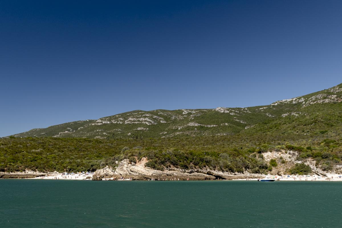 A Praia de Galapinhos (à direita) e a Praia dos Coelhos (à esquerda): difícil escolher a mais bonita