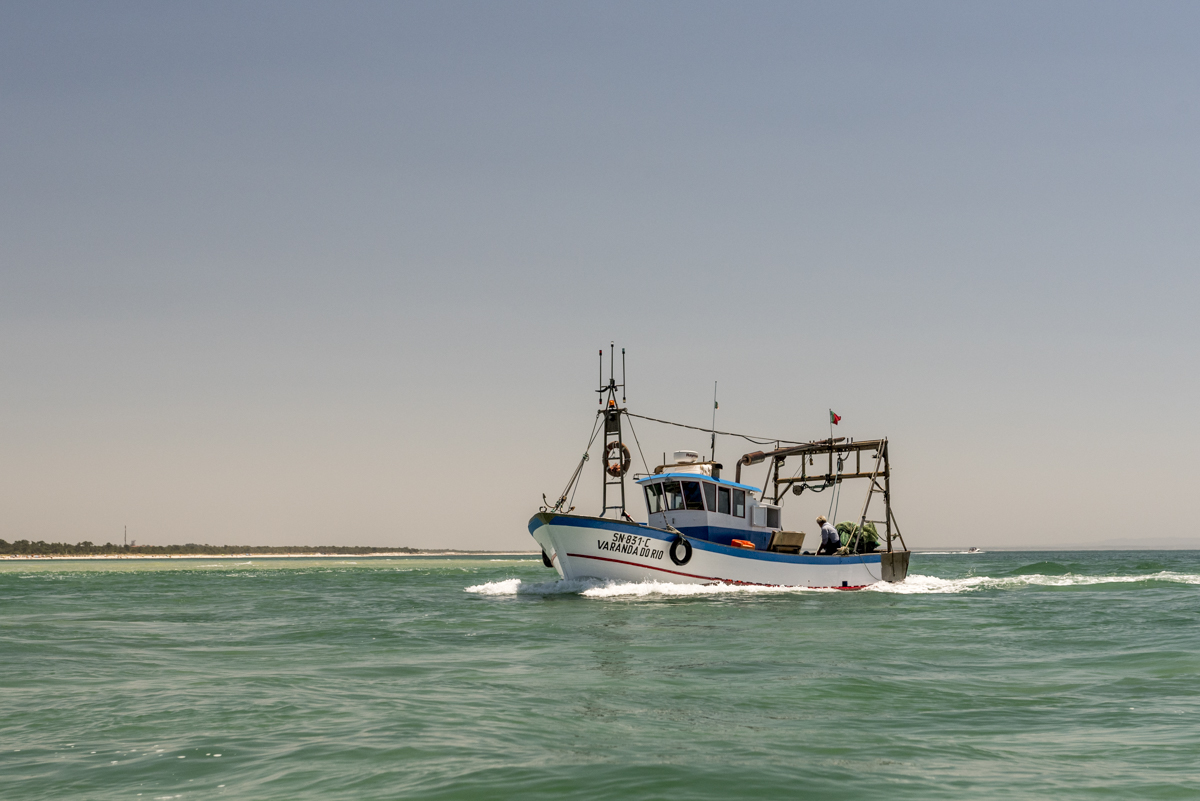 Um barco pesqueiro no caminho: a região é famosa pelos peixes e frutos do mar