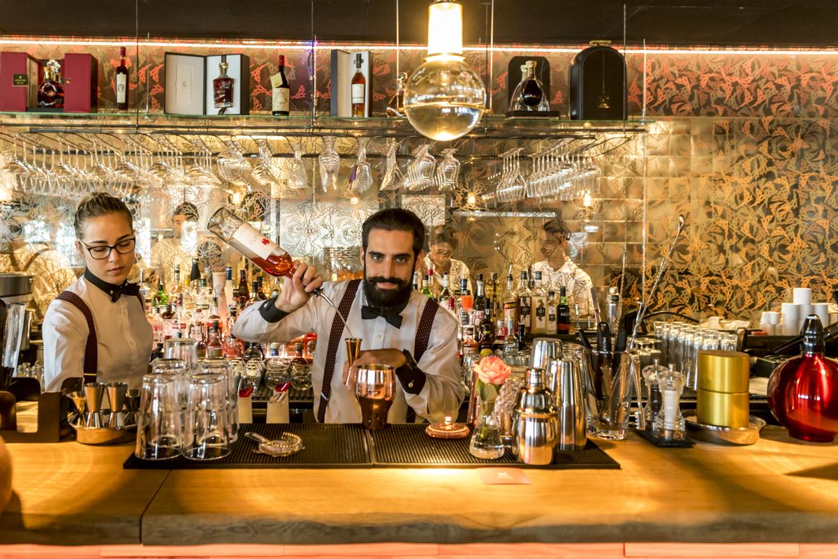 O barman e suas criações: aberto até 2h da manhã