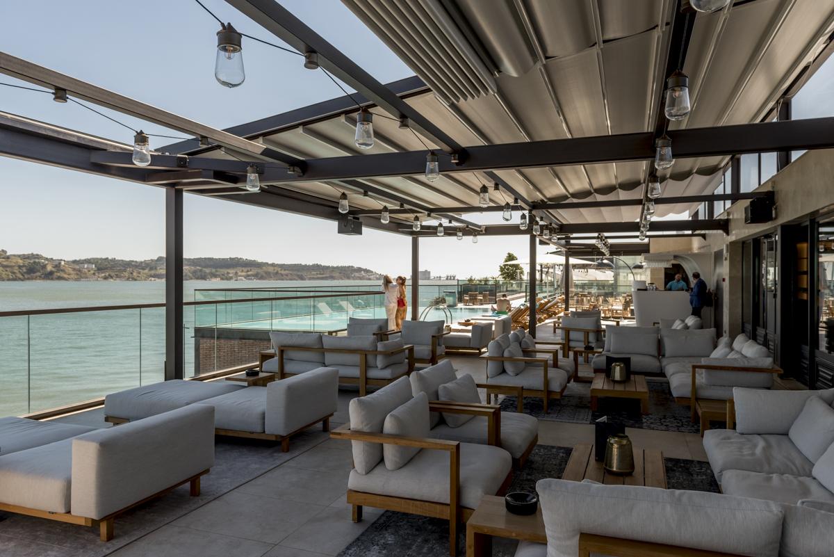 Lounge no terraço, ao lado da piscina: bar aberto depois das 18h