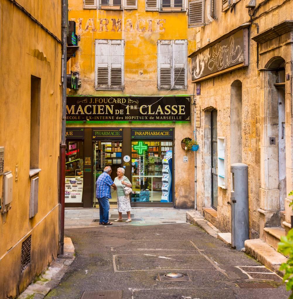 Cena de uma rua de Grasse, cidade da França