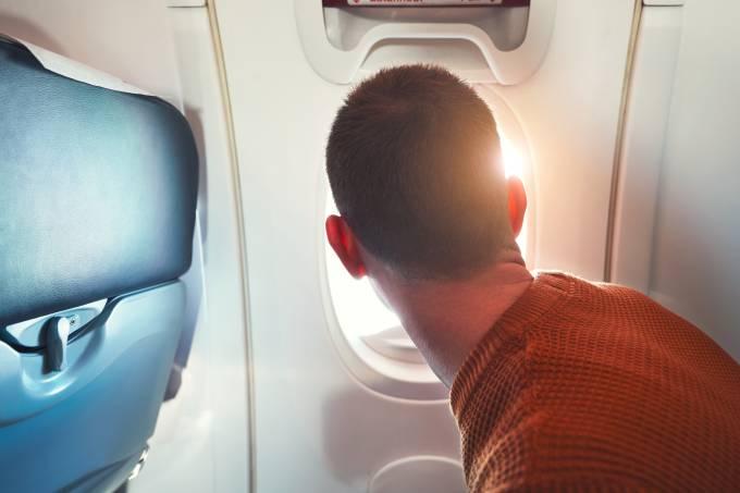 Comissário impede que passageiro abra a porta do avião em voo da Delta Airlines