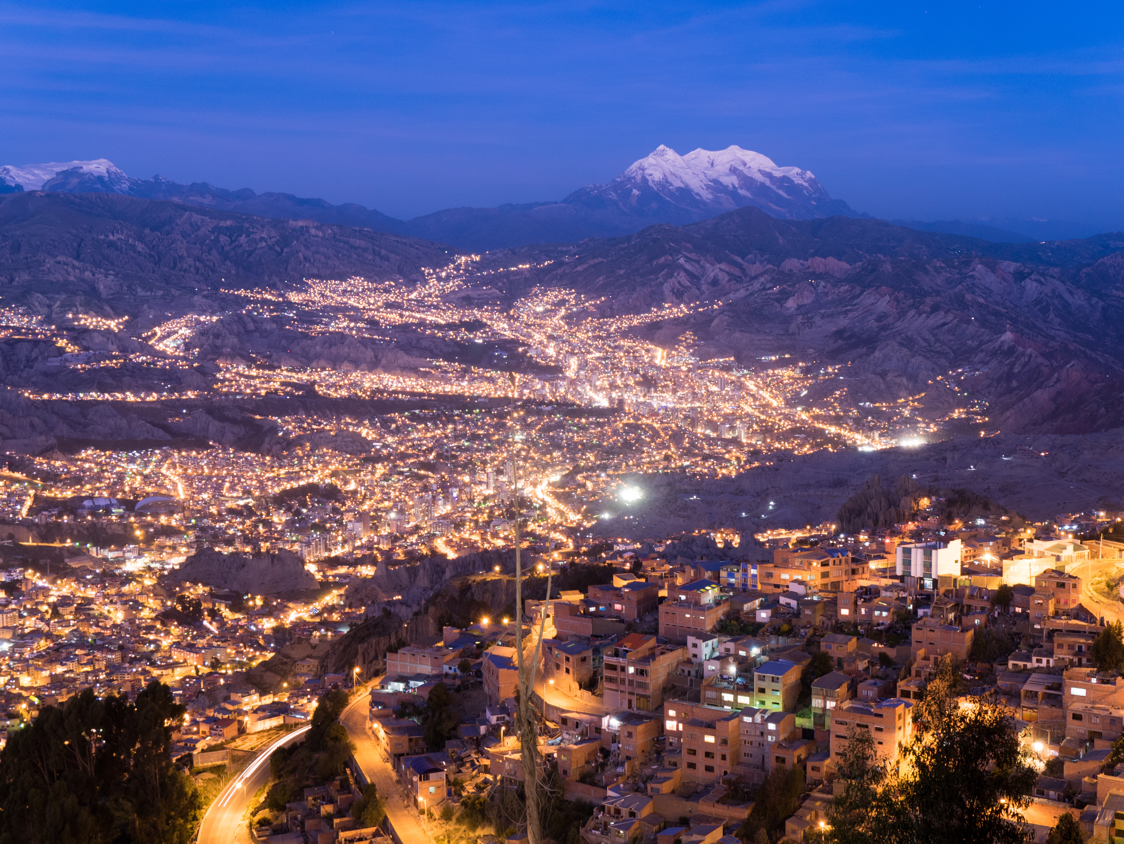 La Paz capital da Bolivia a noite com monte Ilimani ao fundo