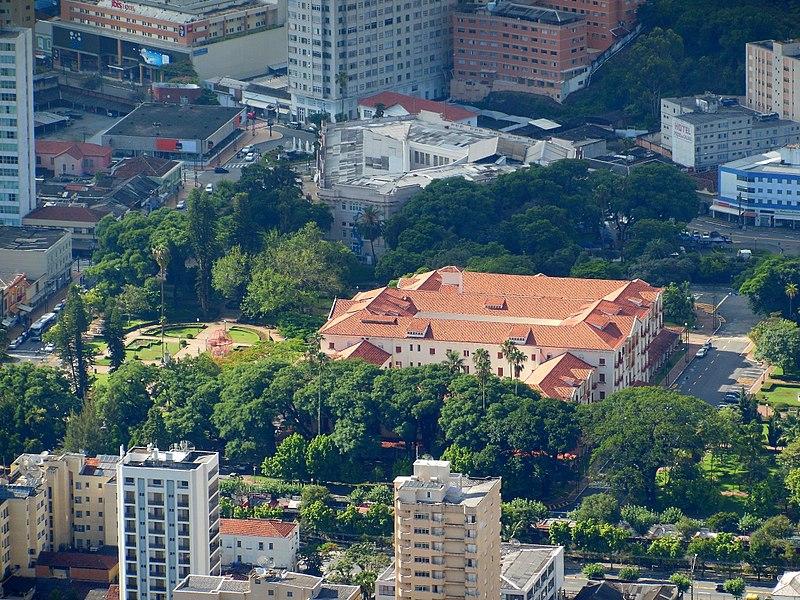 Praça José Affonso Junqueira, Hotel Palace e Thermas Antônio Carlos: os clássicos do Centro de Poços de Caldas. Crédito: