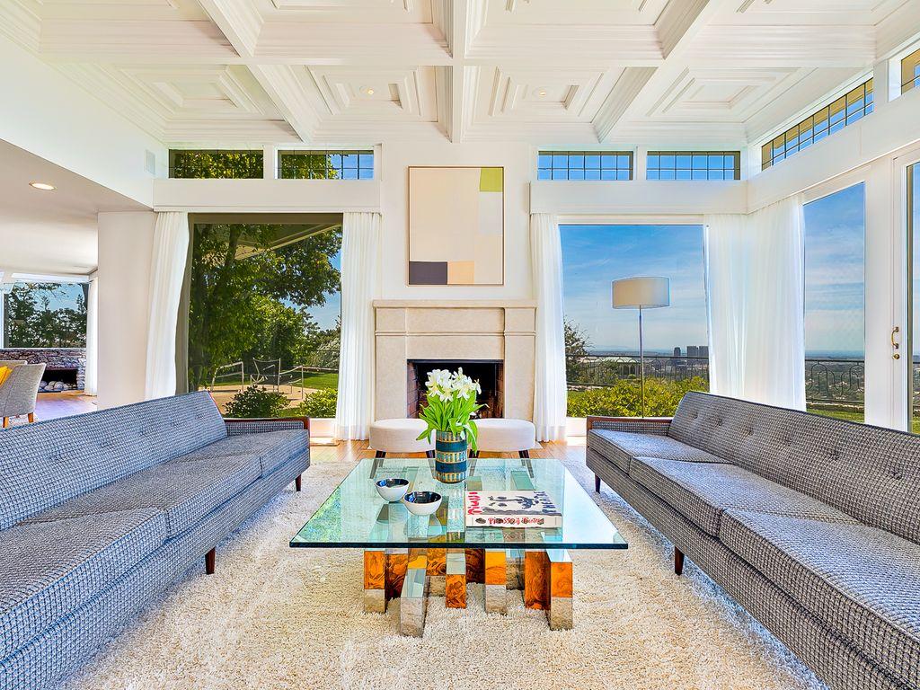 A sala gigantesca da casa de Elvis Presley tem vista panorâmica para Los Angeles