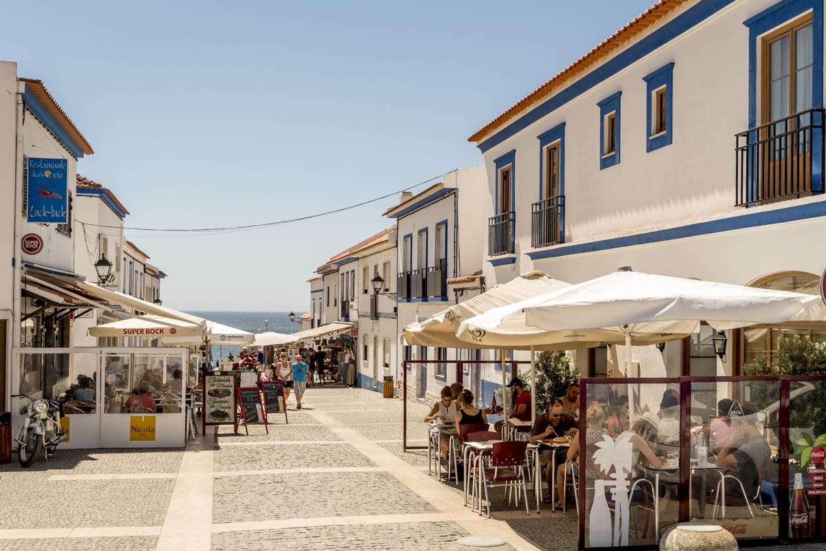 A rua principal da vila: pouco mais de mil habitantes