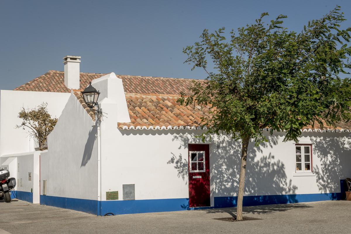 Casinha típica de Porto Covo: fachada branca e portas e janelas coloridas