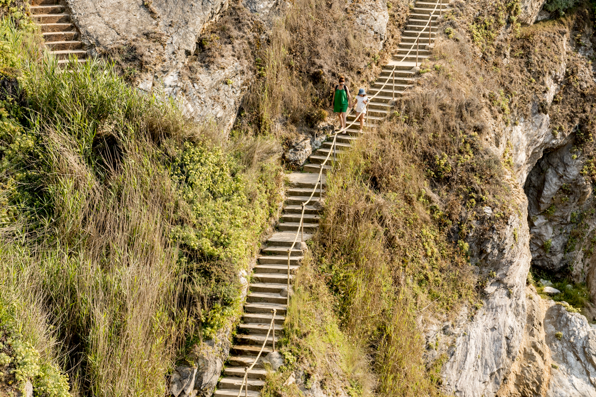 As escadinhas de acesso às praias da região: antes do paraíso, um pequeno purgatório