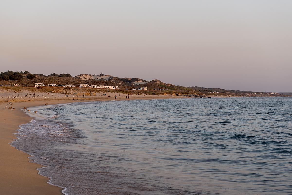 O extenso areal: águas ora calminhas, ora boas para o surfe