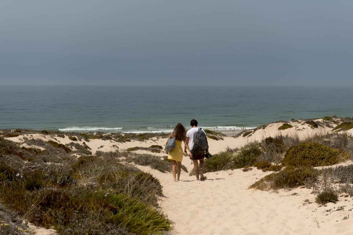 A Praia do Malhão, a 4 quilômetros do centro: escoltada por lindas dunas