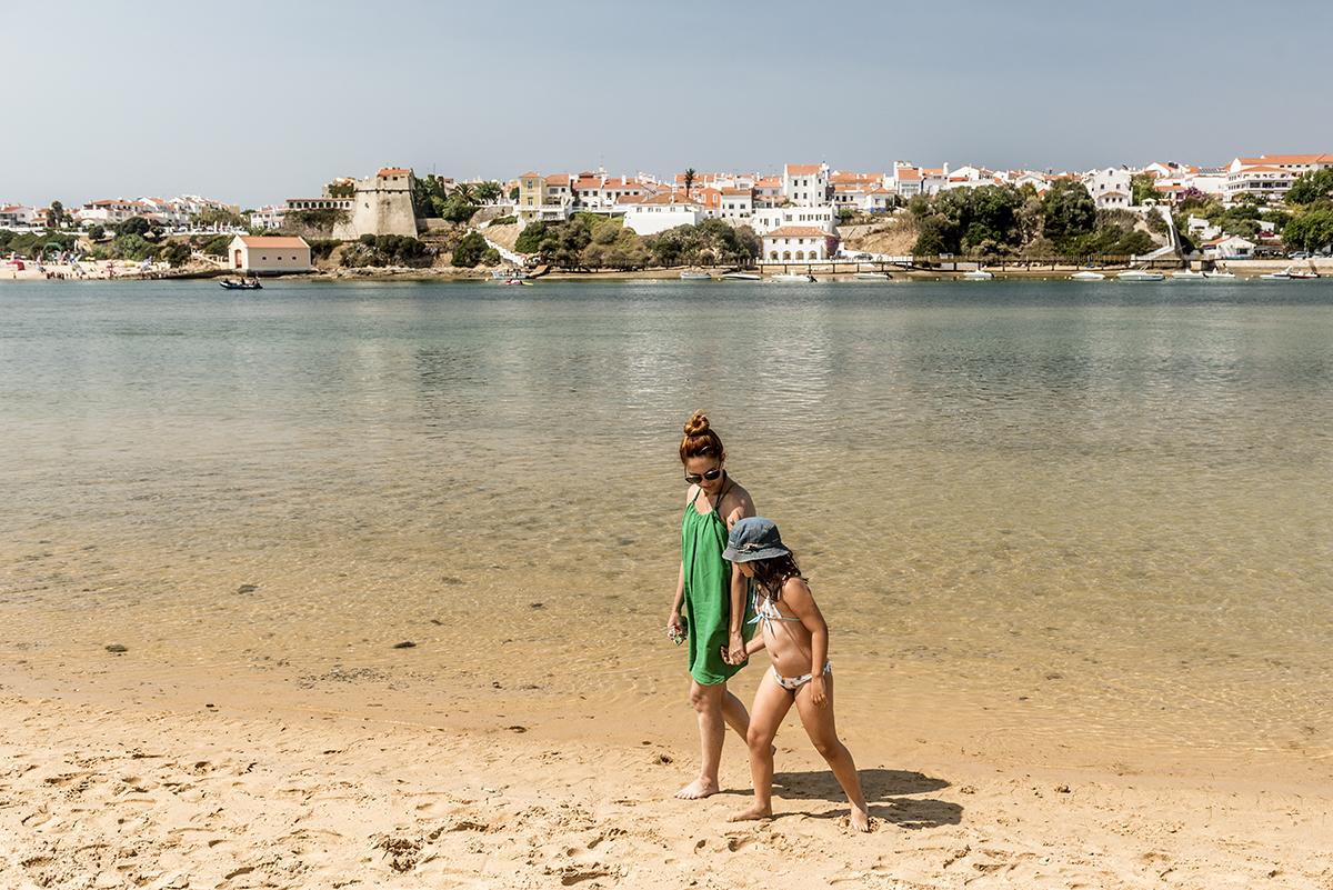 A prainha do Rio Mira, com Vila Nova ao fundo: águas transparentes e calminhas