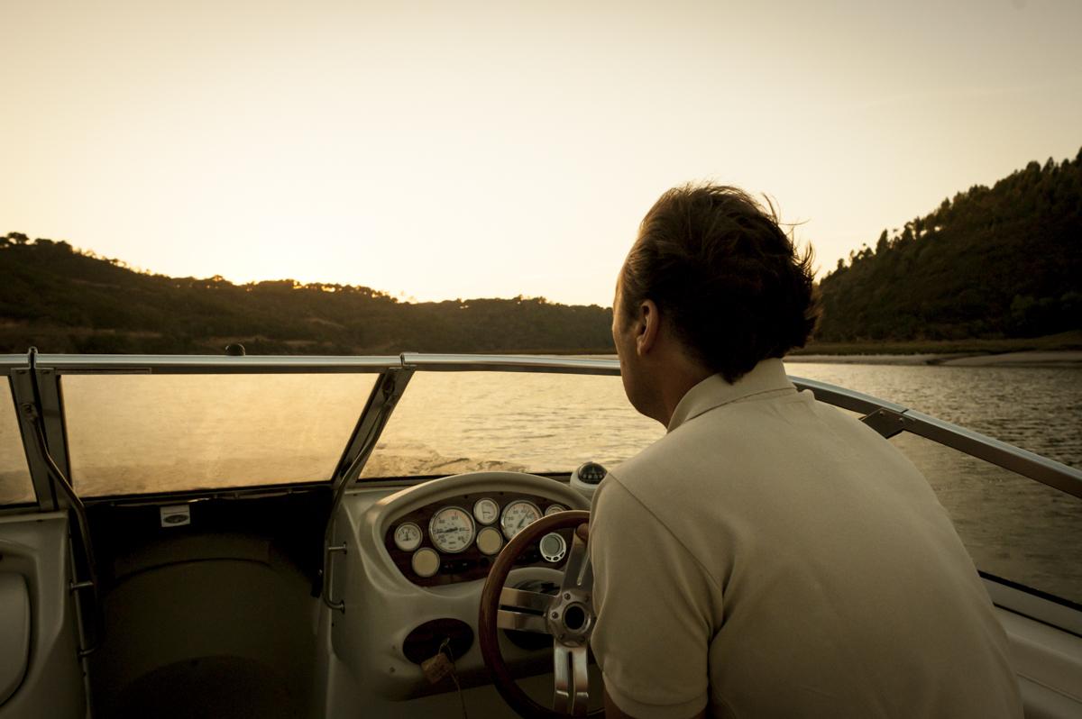 Passeio de barco ao fim do dia: toda a calma do Rio Mira