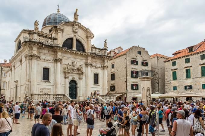 Turistas na Igreja Saint Blaise, em Dubrovnik, na Croácia