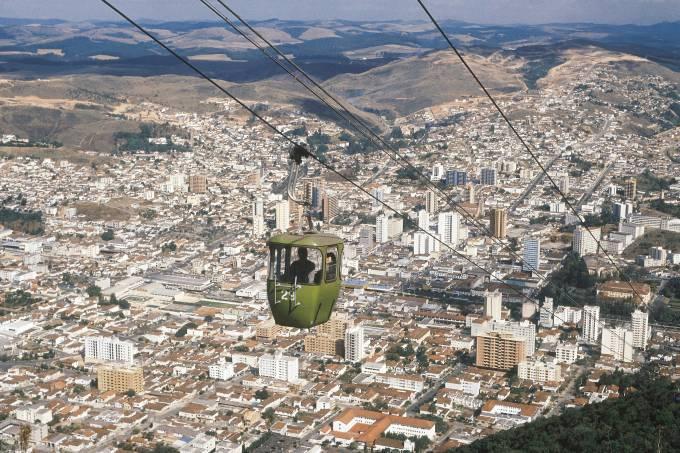 Teleférico e vista geral da cidade de Poços de Caldas, no sudoeste de Minas Gerais