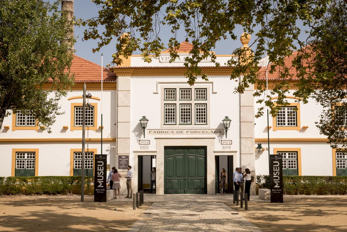 A entrada do museu, no edifício da antiga fábrica: viagem no tempo