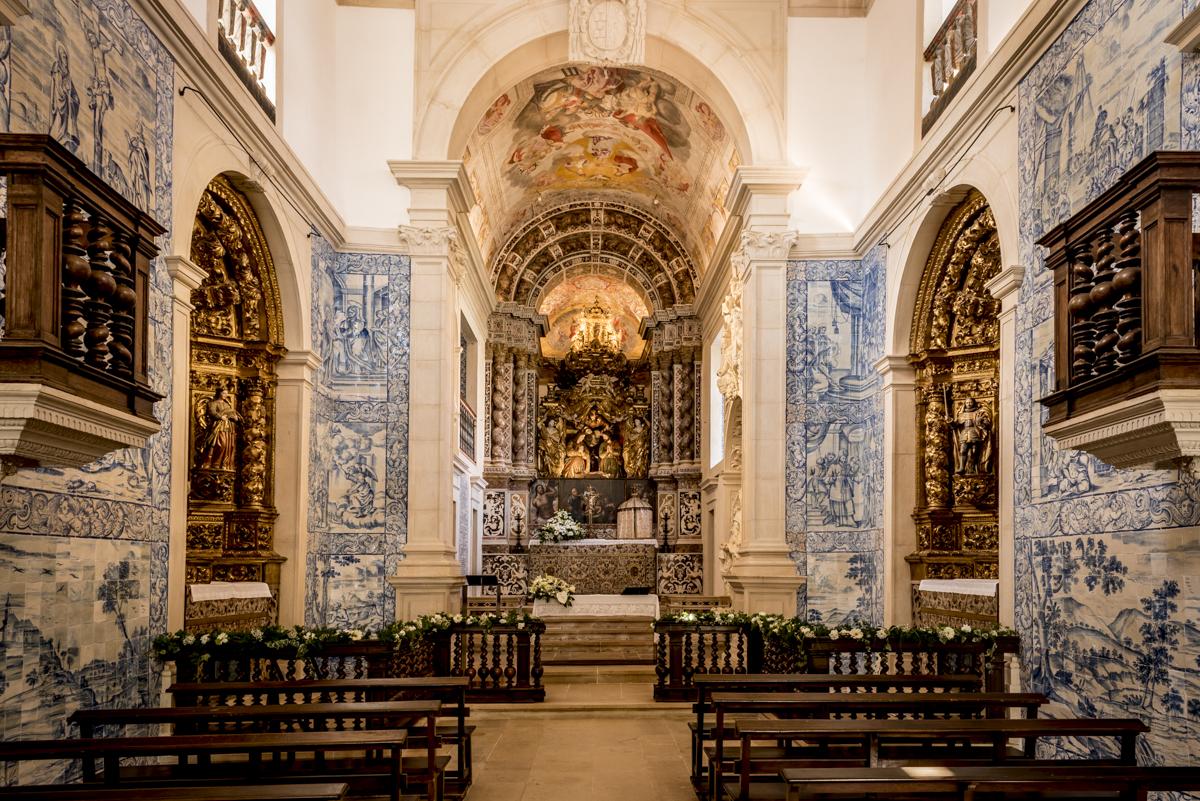 O interior da capela do século 17: lindos painéis de azulejos