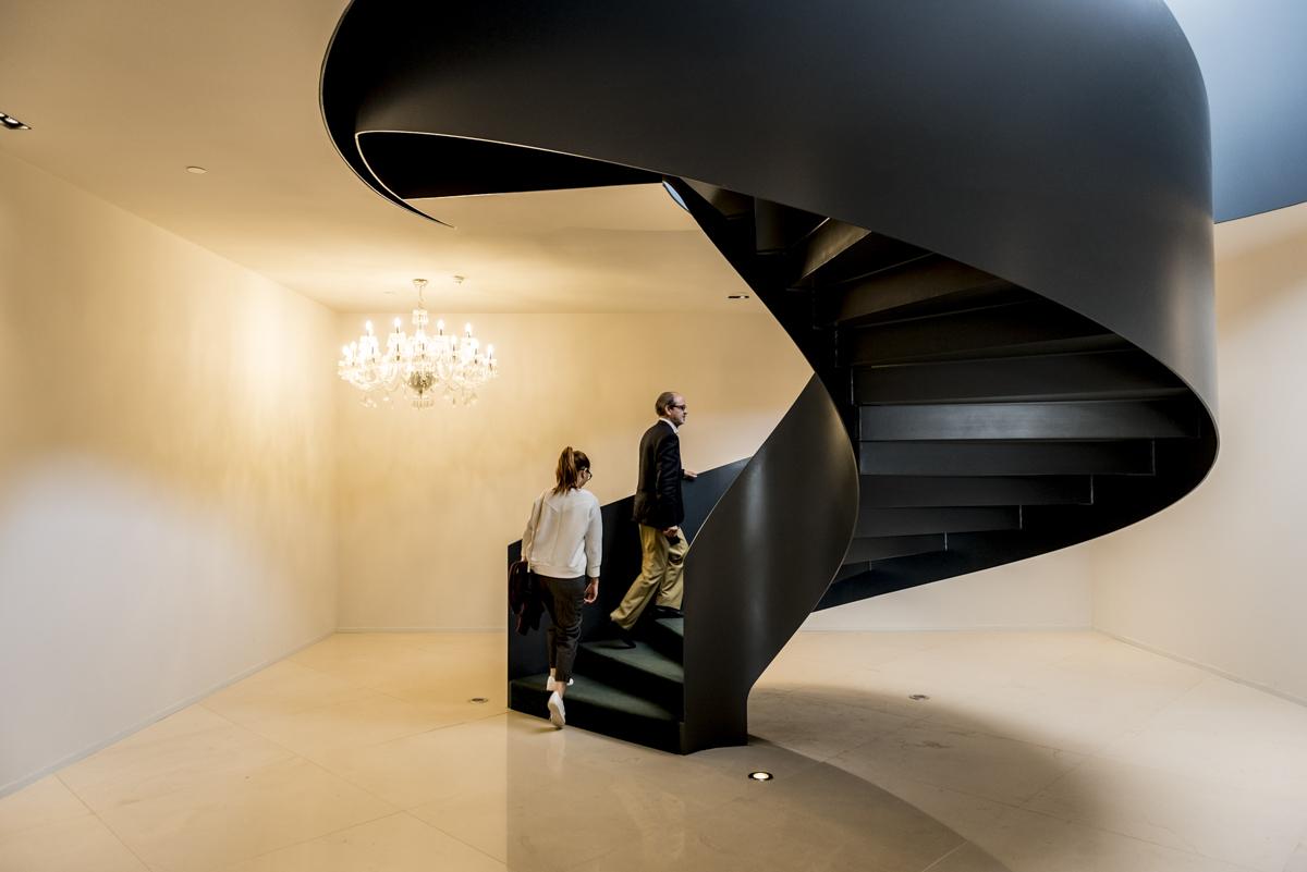 A linda escada que liga o antigo palacete ao edifício novo: túnel do tempo