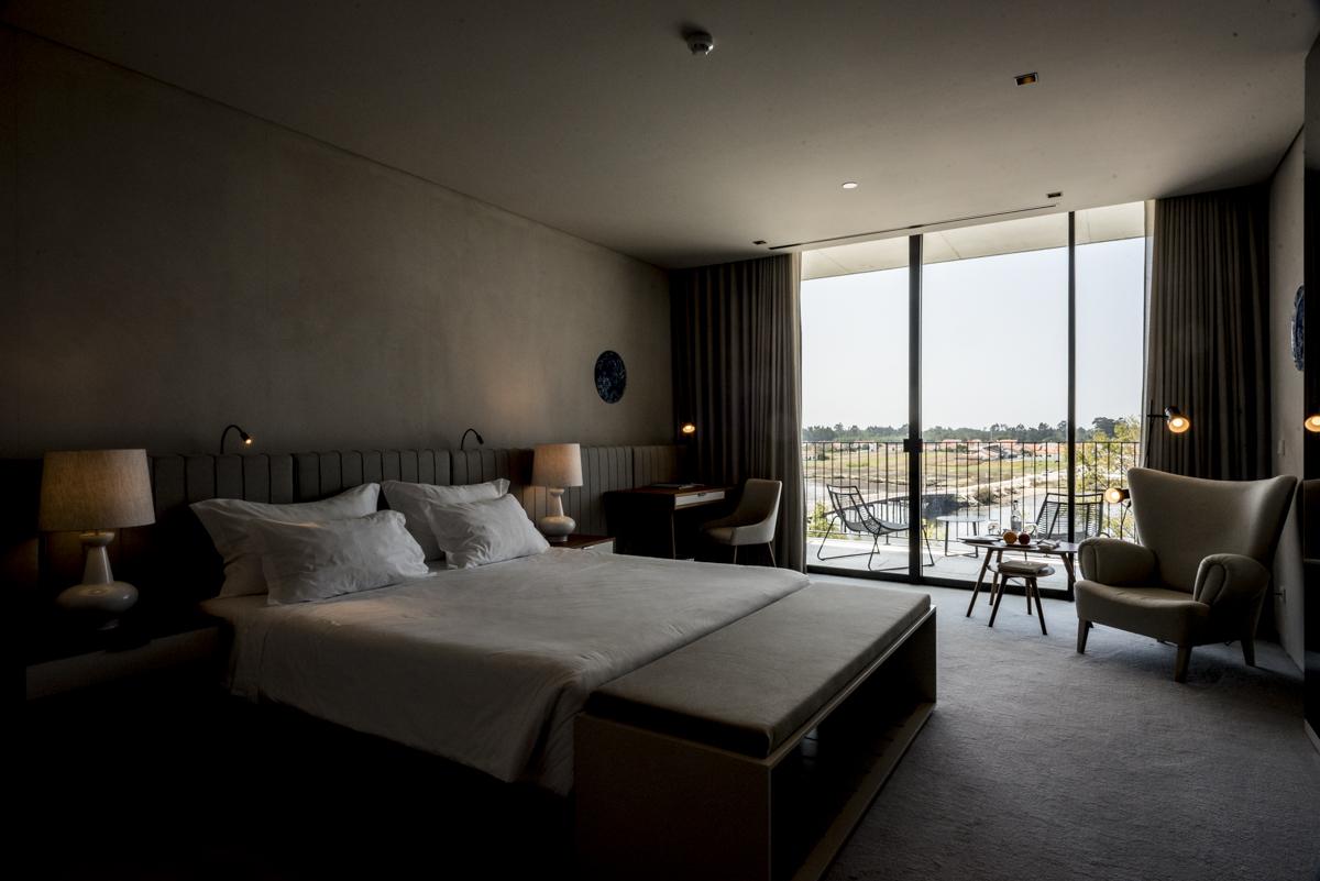 Um dos quartos do hotel: décor minimalista e elegante