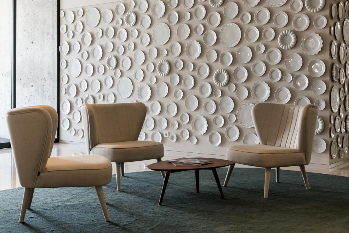 Um dos cantinhos do hotel: o maravilhoso mundo da porcelana na decoração