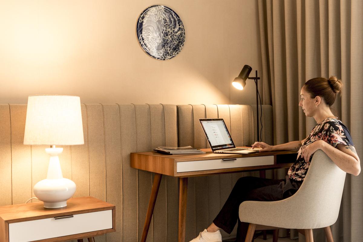 Cantinho de trabalho no quarto: repare na porcelana com a temática mar logo acima da mesa