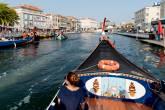 Passeio pelos canais de Aveiro em um tradicional barco moliceiro: a Veneza Portuguesa
