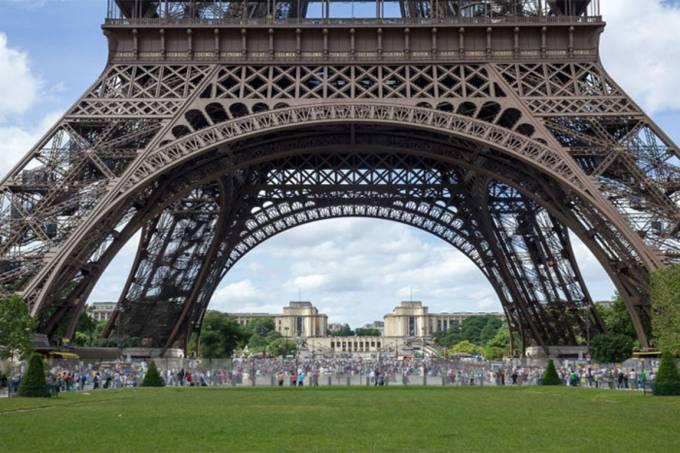 Projeto de como vai ficar a Torre Eiffel quando o muro de vidro blindado ficar pronto em 2018