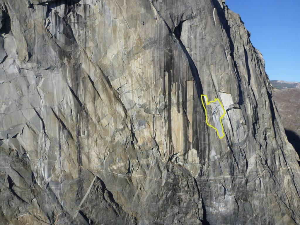 No destaque, a área que se desprendeu do El Capitan. Repare na parte superior da foto que há dois escaladores