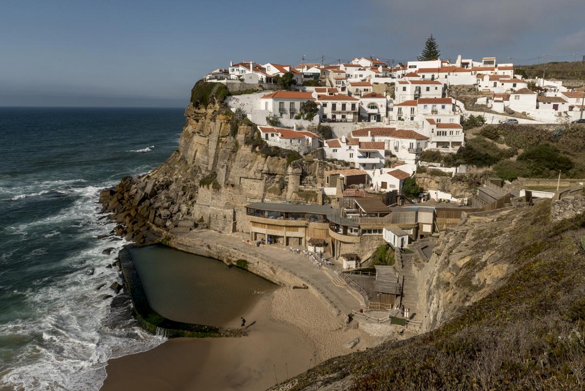 A vila vista do alto de uma falésia: menos de mil habitantes