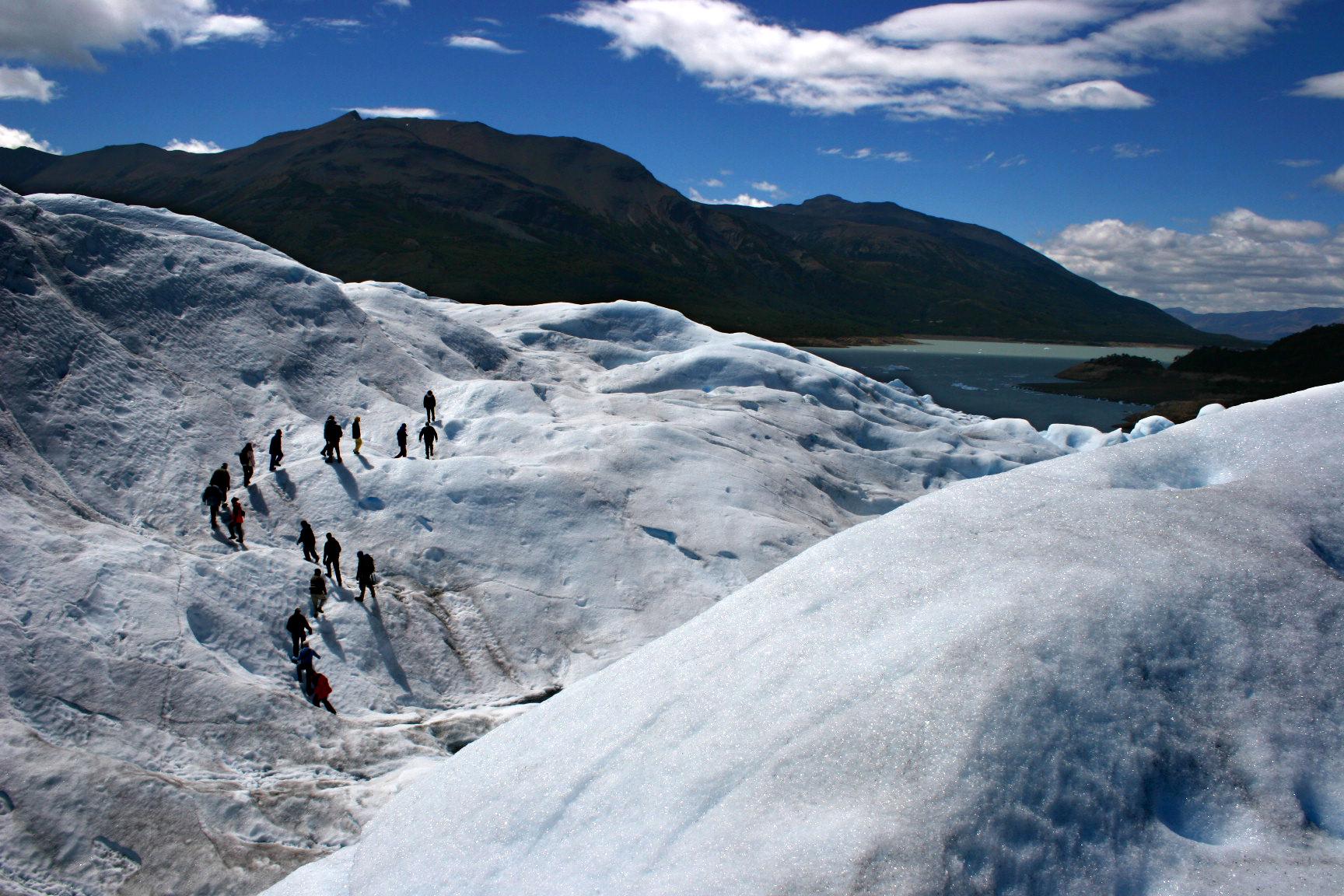 Seres humanos fazendo as vezes de formigas no fantástico mundo azul e branco do Perito Moreno. Crédito: